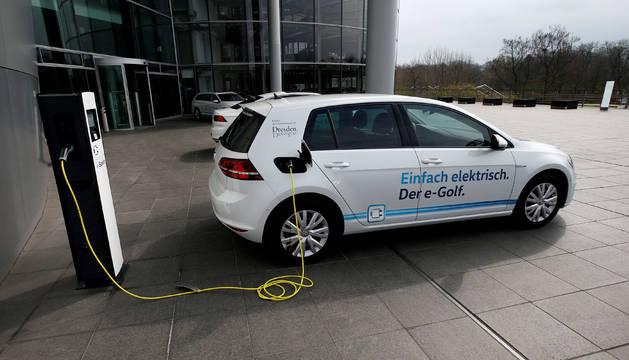 Un coche eléctrico recargando la batería.