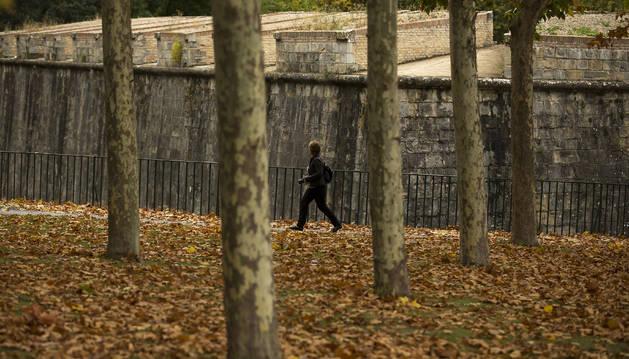 Estampa otoñal en el parque de la Media Luna de Pamplona.