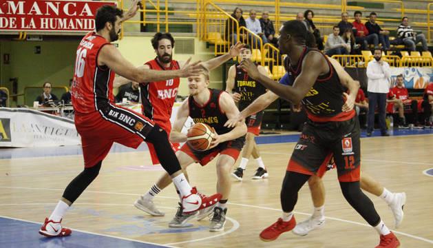 El pívot del Basket Navarra Hernández Sonseca trata de tapar un pase en el partido contra el Quesería La Antigua CB Tormes.