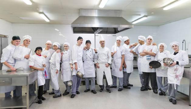 Los 14 jóvenes que cursan la FP Básica de Cocina y Restauración posaron, junto a su profesor -séptimo por la derecha-, en las instalaciones en las que aprenden a cocinar.