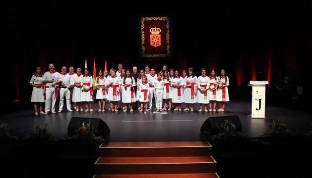 Los joteros participantes en el XII Certamen Ciudad de Tudela posaron juntos tras la entrega de premios.