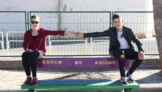 Aroa Jiménez alarga el brazo para dar la mano a Ahmed Yagoubi en un 'banco de amigos' del patio del colegio de San Adrián.