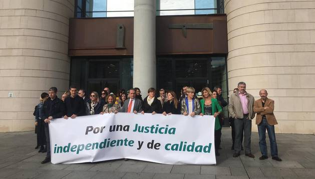 Concentración de jueces y fiscales ante el Palacio de Justicia de Navarra.