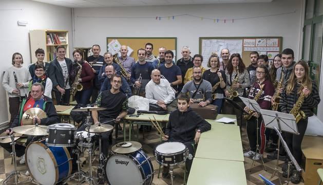 Parte de los músicos que forman parte, a día de hoy, de la banda Bizkarra en el ensayo del pasado viernes, en la escuela de Dicastillo.