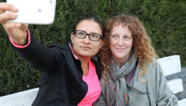 Noemí Baño García se toma un 'selfie' junto con María Pilar Martínez Aranda en un banco de San Adrián.