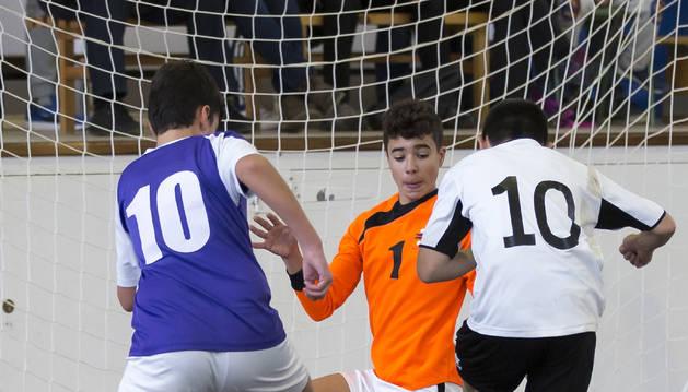 Un jugador infantil del Tafatrans trata de superar la salida del meta del Jesuitinas, que busca tapar los huecos, durante el encuentro celebrado este pasado sábado