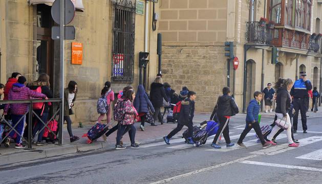 Un agente de Policía Municipal regula el tráfico ayer a mediodía a la salida del colegio Escolapios.