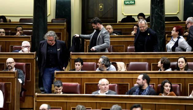 Momento en el que los diputados de ERC abandonan el hemiciclo tras la expulsión de Rufián.