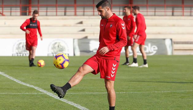 Fran Mérida hace toques de balón con su pierna derecha en Tajonar.