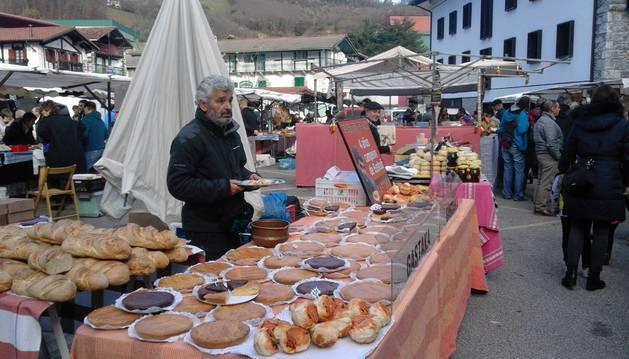 La feria de artesanía, con productos como el pastel vasco, aglutinó a cientos de asistentes.