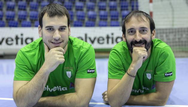 El capitán, Fermín Iturri (izda.), y el técnico, Carlos García, son dos de los artífices de una racha perfecta para el Anaitasuna de Primera Nacional.