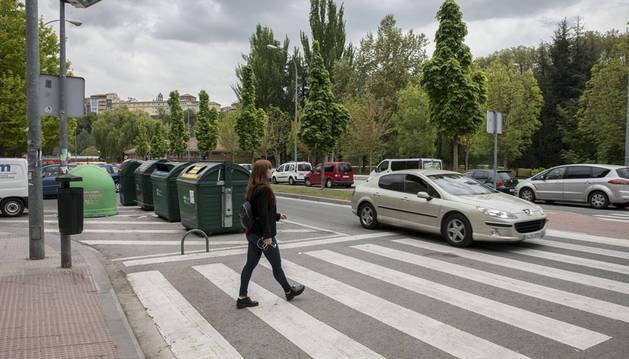 En algunas calles los contenedores impiden la visión del paso de cebra y suponen un peligro para peatones.