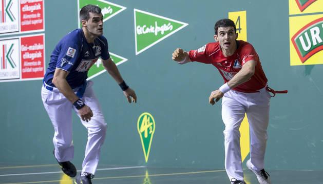 Joseba Ezkurdia y Jokin Altuna, en un lance de la pasada final del Cautro y Medio en el Navarra Arena.