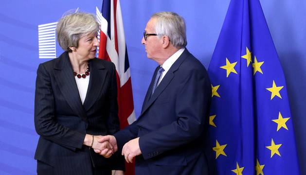 El presidente de la Comisión Europea, Jean-Claude Juncker y la Primera Ministra inglesa, Theresa May.