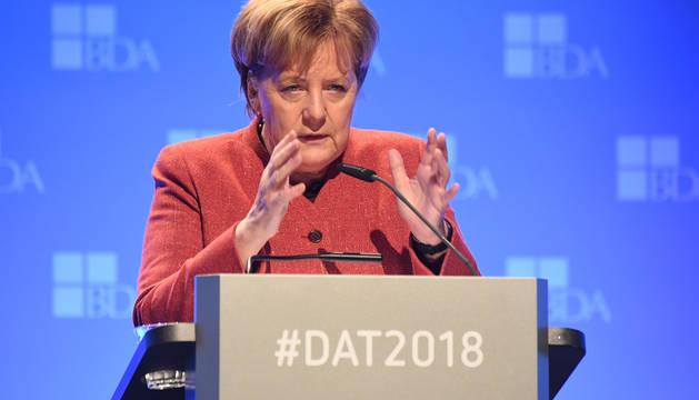 La canciller alemana, Angela Merkel, pronuncia un discurso durante una conferencia por el Día del Patrono, en Berlín.