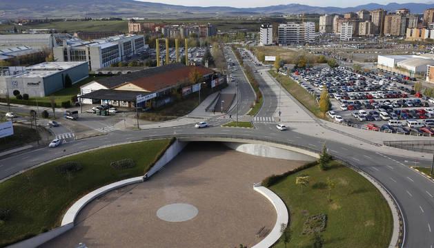 A la izquierda, la UPNA y una vieja nave industrial que tras desaparecer albergará un edificio dotacional universitario. A la derecha, alineada con la calle Cataluña, donde está el aparcamiento y un solar libre, se construirán viviendas de VPO.