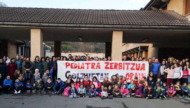 Imagen de adultos y menores que coincidieron ayer por la tarde en la concentración de Goizueta.
