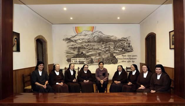 Las monjas quitaron las dos rejas y la cortina que las separaban de las visitas en el locutorio, que ahora es una sala abierta.