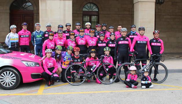 Ciclistas del Club Ermitagaña y Lodosa en la puerta del ayuntamiento ribero antes de iniciar la marcha del sábado.