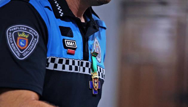 Un agente de policía municipal de Pamplona con una insignia de la ciudad.