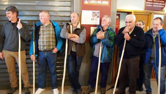 Pastores roncaleses, ayer en la apertura de la temporada de esquí.