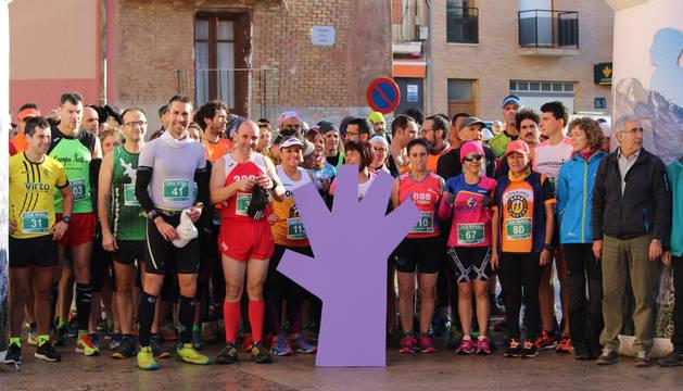 Antes de la salida, los corredores se concentraron por el día internacional contra la violencia de género.