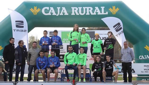 foto de Podo con los ganadores del Campeonato Navarro de Cross por equipos mixto.