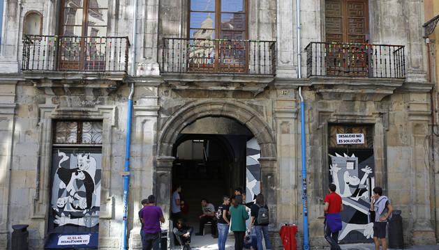 Fachada principal del palacio de Rozalejo, en una imagen de archivo de este verano.