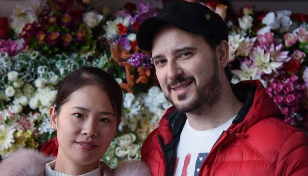 Yi Chen y Óscar Serra, en el bazar de esta ciudadana china y vecina de San Adrián desde 2014.