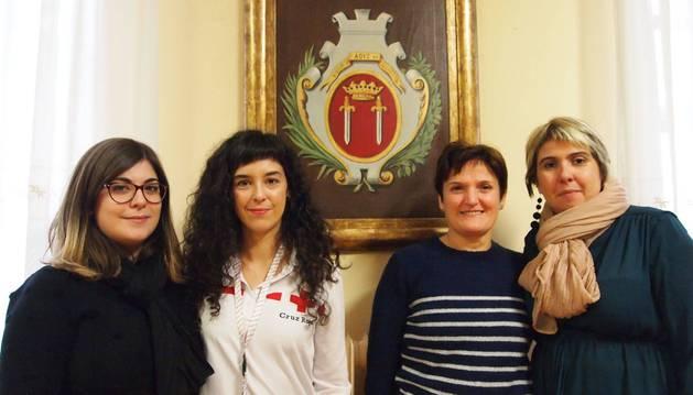 Desde la izda.: Paula Gómez Álvarez y Marta Miranda Eliceche (Cruz Roja), Marisa Burguete Zapata (voluntaria local) y Maite Fernández Font (concejal de Bienestar Social)