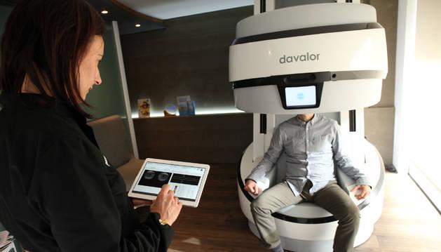Imagen de una máquina EVA de Davalor, en una óptica en Tudela.