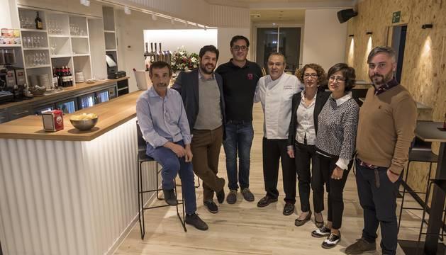 En el centro de la imagen, Jesús Astarriaga Corres, ayer antes de la inauguración junto a Lorena Salazar, Julia Astarriaga, José Manuel Iribas y responsables de la cadena Alda Hostel.