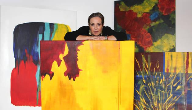 La escritora Reyes Calderón también pinta cuadros. En la imagen superior, en su casa con algunas de sus obras, que firma bajo el seudónimo de Lola MacHor, la juez protagonista de varias de sus novelas.