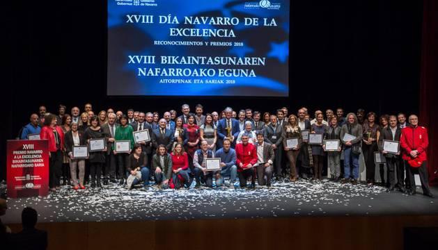 Foto de familia de los premiados, reconocidos y organizadores.