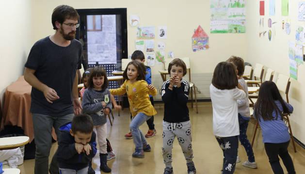 Unai Artola es el profesor encargado de las clases de educación infantil en la escuela.