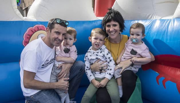 Maider Goikoetxea y Eneko Arévalo con sus hijos Adur, Lier y Beñat.