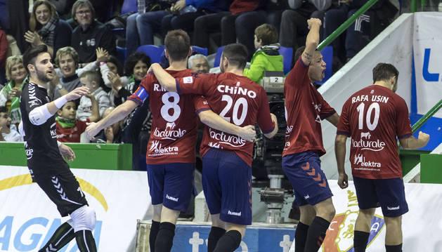 Los jugadores de Osasuna Magna Asier, Roberto Martil, Chino, Juninho y Rafa Usín celebran uno de los seis goles que marcaron este martes ante el Aspil-Vidal.