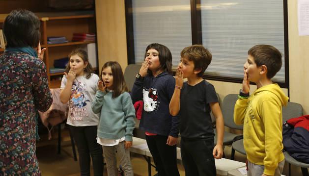 Alumnos de la escuela de música Aralar de Lekunberri, durante una clase.