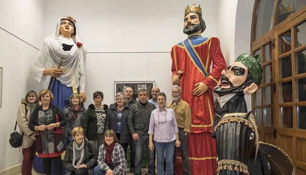 Ex danzaris de la asociación organizadora  con algunas de las figuras expuestas en la casa de cultura.