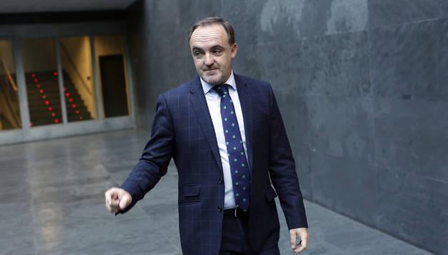 El regionalista Javier Esparza, en al atrio de la Cámara foral