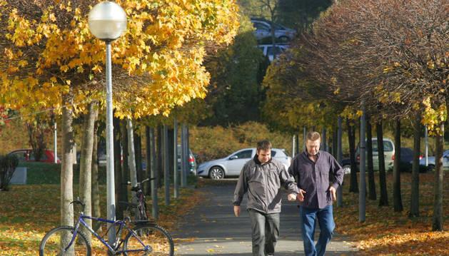 Dos hombres pasean por Pamplona, en una imagen de archivo.