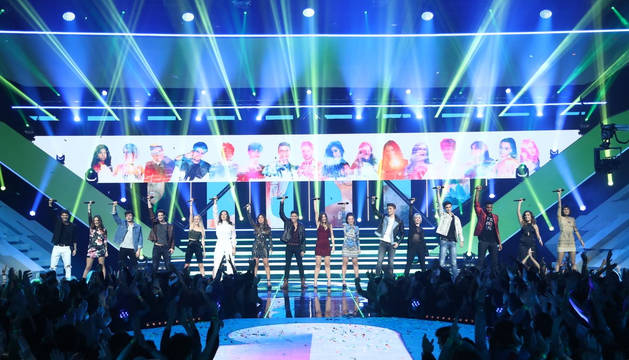 Los concursantes durante el himno de la edición