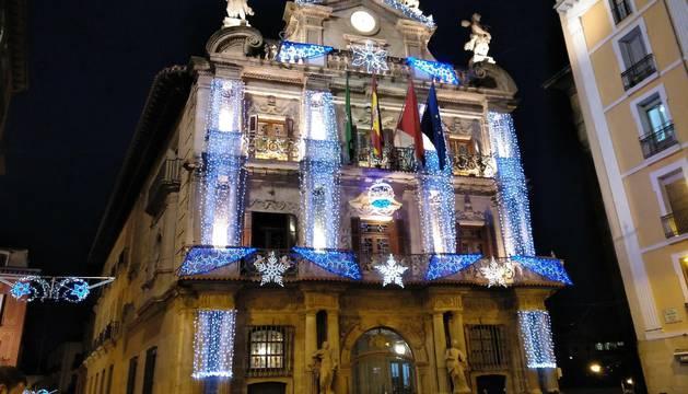 La celebración de la festividad de San Saturnino, patrón de Pamplona, ha sido un año más la fecha elegida para el encendido de la iluminación navideña.