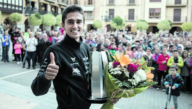 Un sonriente Mikel Azcona hace con su pulgar la señal de victoria en Falces.