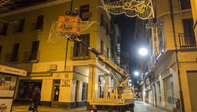 Foto de los operarios de Electricidad Fija, durante la colocación de los arcos en la calle Baja Navarra.