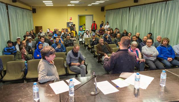 Imagen de la reunión que mantuvieron inquilinos afectados en alquiler social hace un mes en Cortes.