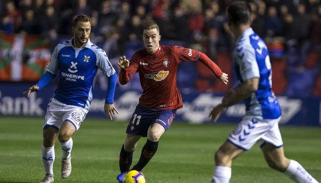 Carlos Clerc corre la banda en el último partido disputado en El Sadar ante el Tenerife el pasado 17 de noviembre