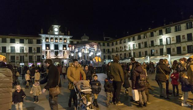 Imagen de la Casa del Reloj y del quiosco de la plaza de los Fueros de Tudela iluminados con la decoración navideña que fue inaugurada durante la tarde-noche de este viernes.