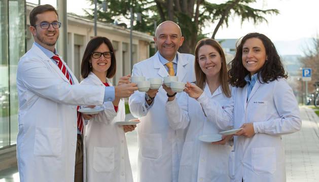 De izquierda a derecha: Alfredo Gea, Nerea Martín-Calvo, Miguel A. Martínez-González, Adela Navarro y Estefanía Toledo, autores del estudio de la Universidad de Navarra.
