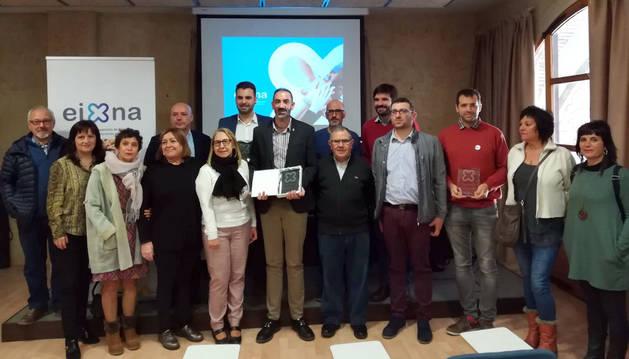 El alcalde de Corella, Gorka García Izal -en el centro de la foto con el galardón- junto al resto de homenajeados.
